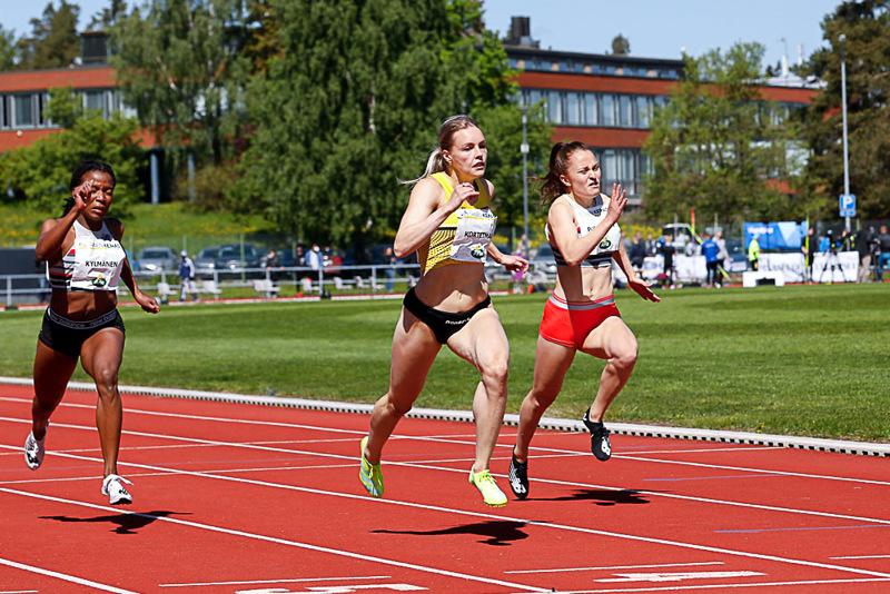 11,54. Anniina Kortetmaa (keskellä) juoksi ennätyksenä Vantaalla.