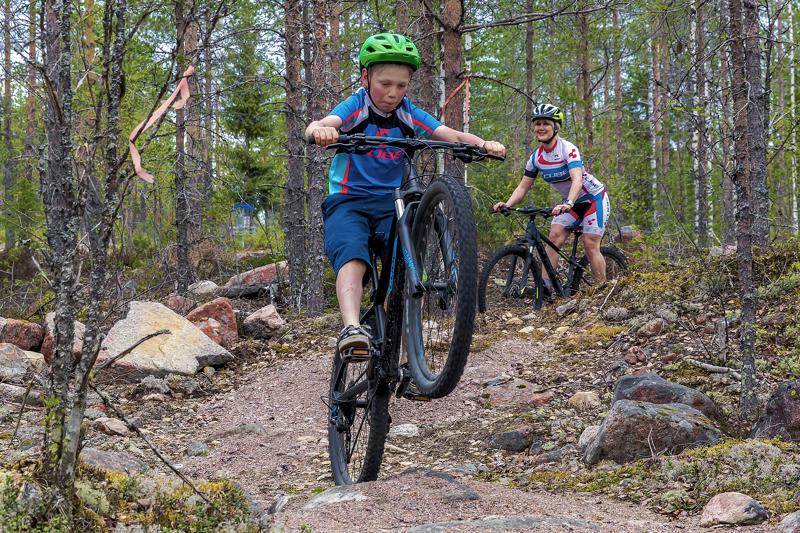 Aakonvuoren maastopyöräreitti ei ole teknillisesti kovin vaikea, mutta vaatii vähintääkin normaalin maastopyörän, kuten Vilho ja Leea Käräjäojalla.
