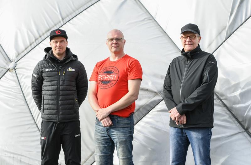 Sami Haapakoski, Teppo Miettunen ja Juhani Nevala uskovat, että vauhdilla leviävä padelbuumi tuo käyttäjiä useammallekin kentälle Ylivieskassa.