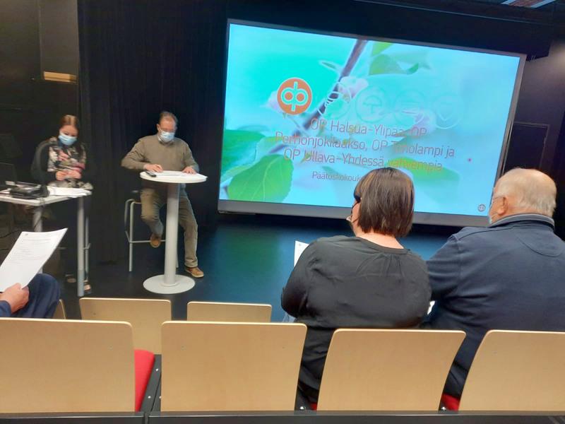 Toimitusjohtaja Heidi Pöyhönen (vas.) ja hallituksen puheenjohtaja Pasi Patana perustelivat sulautumisehdotusta ylimääräisessä osuuskuntakokouksessa, joka pidettiin Halsuan yhtenäiskoulun auditoriossa.