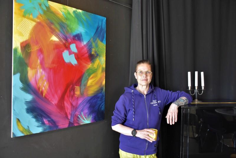 Liike, värit ja syvyys ovat Lisen Sundqvistin teemoja After Eightin näyttelyssä.