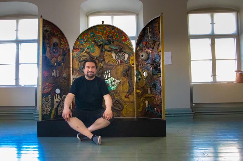 Veikko Halmetoja kertoo näyttelyn olevan runsas kokonaisuus neljäntoista eri taiteilijan töistä.