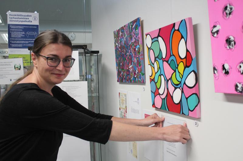Veera Zukova pystytti taidenäyttelynsä Kärsämäen kirjastoon maanantaina