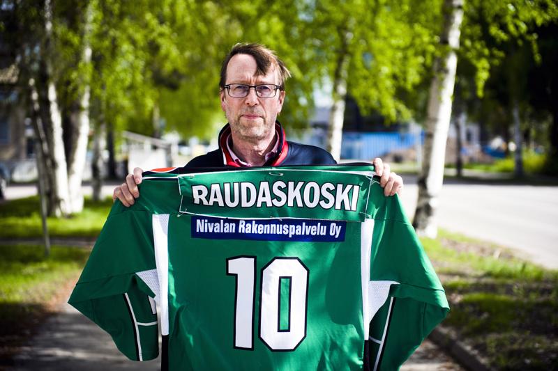 Eero Raudaskoski halusi ottaa kuvaan mukaan poikansa, Nivala Cowboysin kapteenin Joonas Raudaskosken pelipaidan sekä nimi- että numerosyistä.