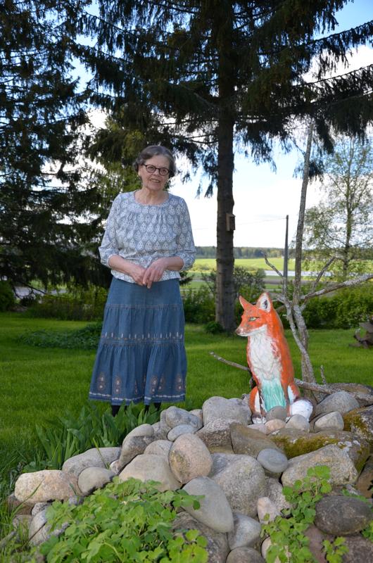 Onnea! Ovela kettupatsas on tullut Orvokki Alakotilan pihaan hääpäivälahjana sisaruksilta. Kaisa Suomala