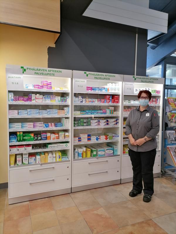 Johanna Martikainen kertoo, että heiltä voi kesäkuun alusta ostaa reseptivapaita lääkkeitä ja voiteita sekä muita apteekin tuotteita rajallisesti.