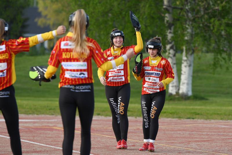 Eerika Vierimaa (vas.) ja Nina Jutila tuulettivat ansaittua voittoa.
