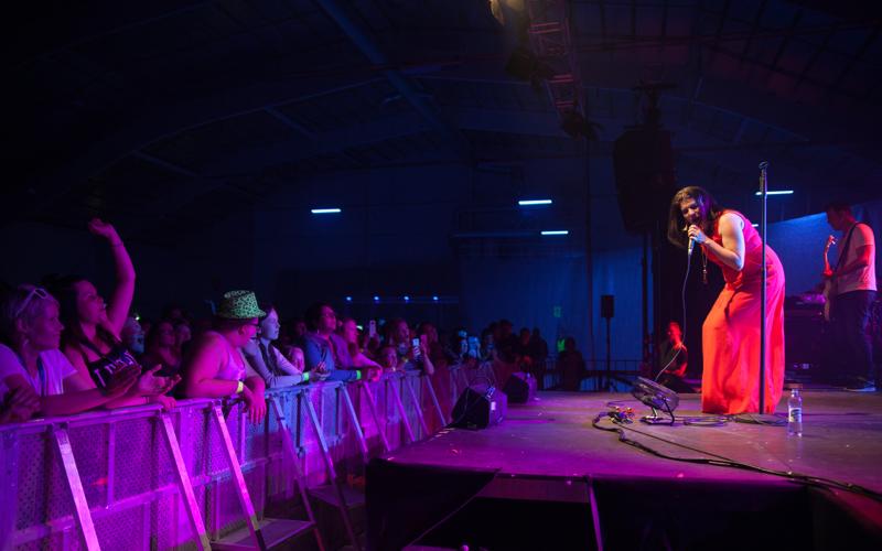 Suvi Teräsniska esiintyi Nivalan jäähallin lavalla kesällä 2017, mutta tänä kesänä lavalle ei nouse Apulanta eikä kukaan muukaan.