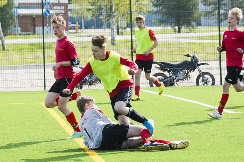 Vauhtia yläkoululaisten jalkapalloturnauksessa muutama vuosi takaperin.