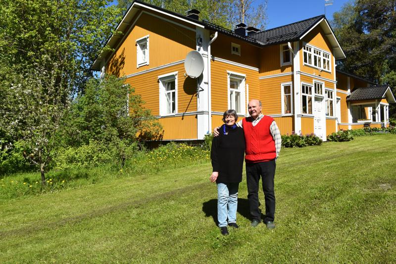 Pirkko ja Olli Pokelan ilmaantuminen Alataloon on naapurustollekin varma kesän merkki.