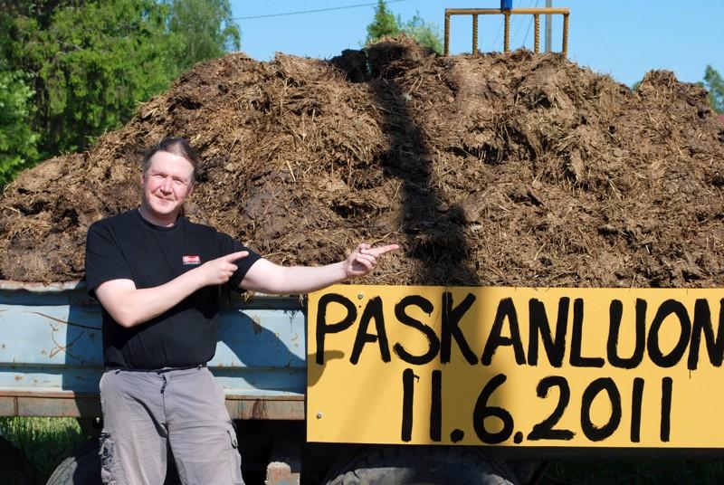 ''Kaikkea sitä kannattaa kokeilla elämän aikana'', kehotti Paskanluonnin SM-kisojen puuhamies Jarmo Sarajärvi ja muistutti kisaajia pakkaamaan huumorin mukaan reppuun.