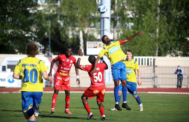 Jaron Macauley Chrisantus (takana) osoitti peliälyä pohjustaessaan maalipaikkoja, Toró (selin) pelasi suuremmitta virheittä.
