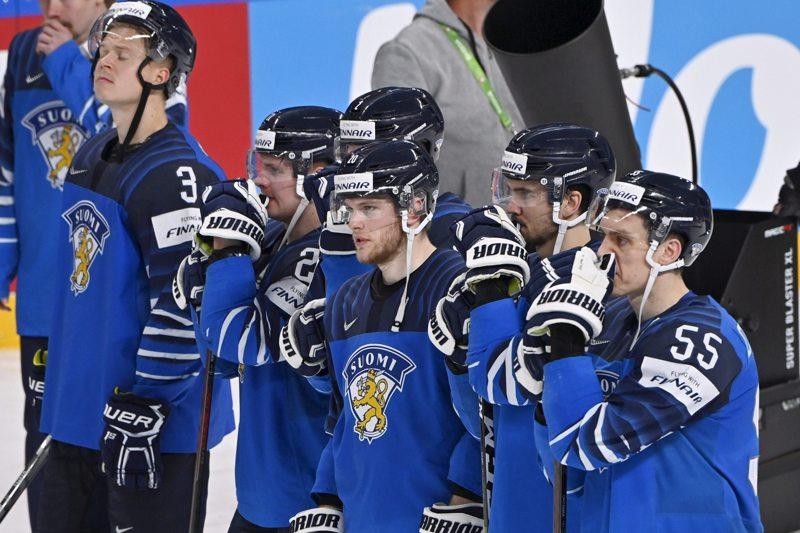 Pettymyksen vallassa. Atte Ohtamaa (oik.) ja muut leijonat joutuivat tyytymään hopeaan Latviassa.