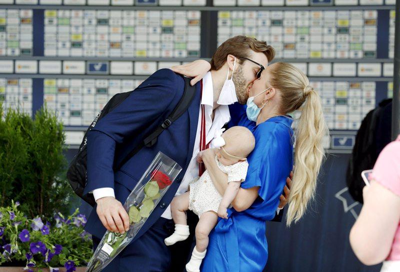 Petteri Lindbohm sai lämpimän vastaanoton puolisoltaan Kira Kososelta.