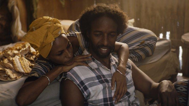 Still-kuva elokuvasta Guled & Nasra, jonka on ohjannut ohjaaja Khadar Ahmed. Kuvassa ovat näyttelijät vasemmalta oikealle Yasmin Warsame (Nasra) ja Omar Abdi (Guled).