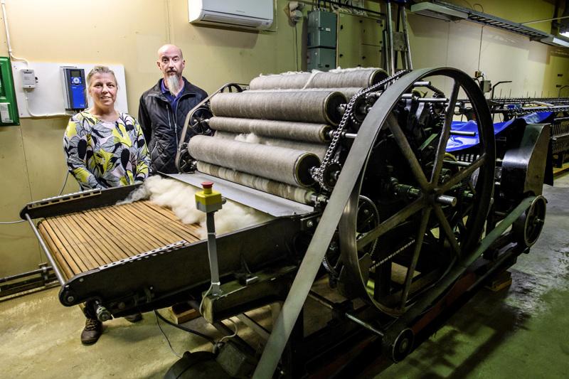 Satu Kumpulainen ja Sami Kumpulainen esittelevät kehräämönsä koneita. Tässä koneessa huopalevyistä tulee hahtuvakiekkoja.