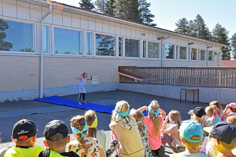 Aurinkoinen sää suosi talent-kilpailijoita Mäkirinteen pihalla.