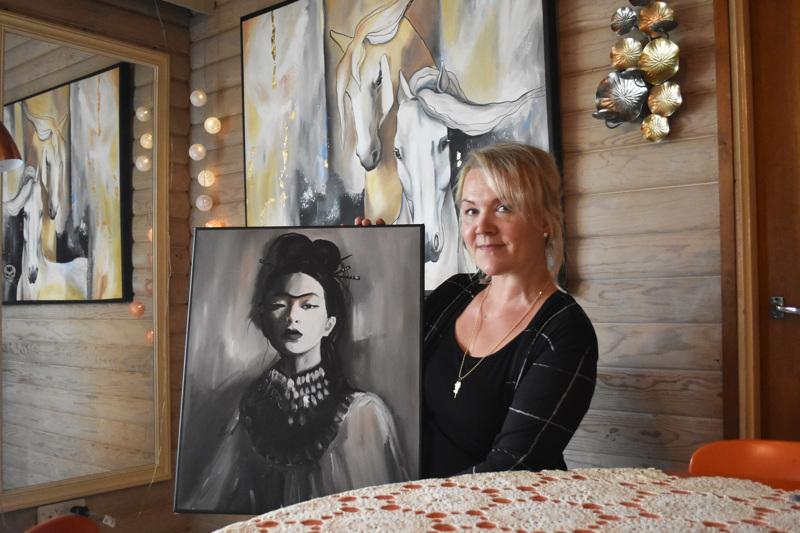 Marjo Tuovilan tuoreimmissa töissä on esiintynyt voimakkaita naishahmoja ja eläinaiheita.