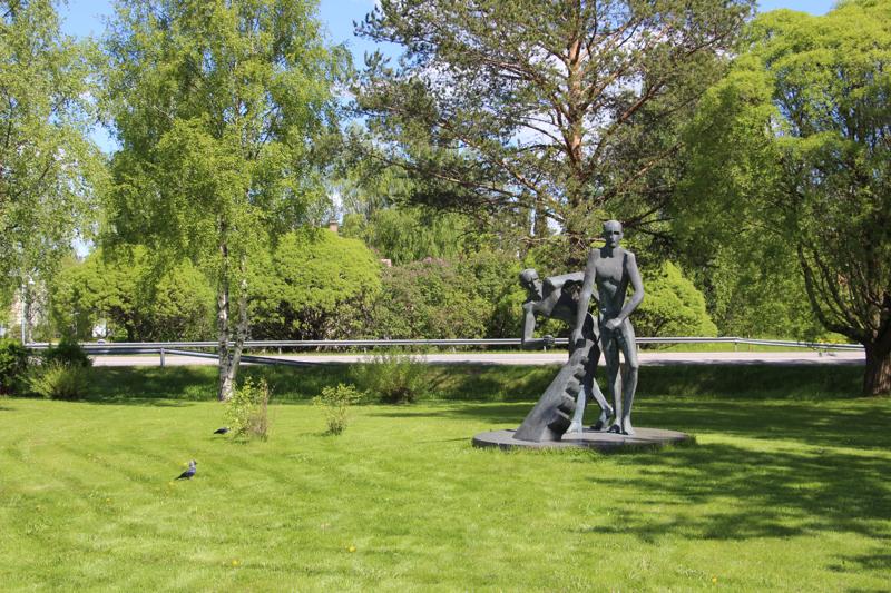 8. Pysähdy katselemaan pronssista 300 senttimetrin korkuista Karhi-patsasta. Patsaan ääressä puiden varjossa on mukava penkki, jolla hengähtää.