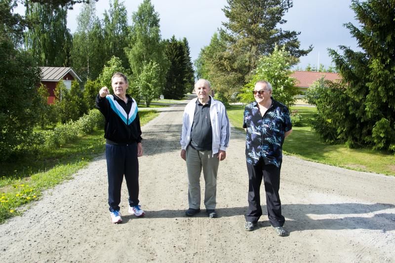Reijo Hosio (vas.), Jouko Saarenpää ja Aale Ahola eivät pistäisi pahitteeksi, jos Knuutinpuhto ja sen sivutiet päällystettäisiin asfaltilla.