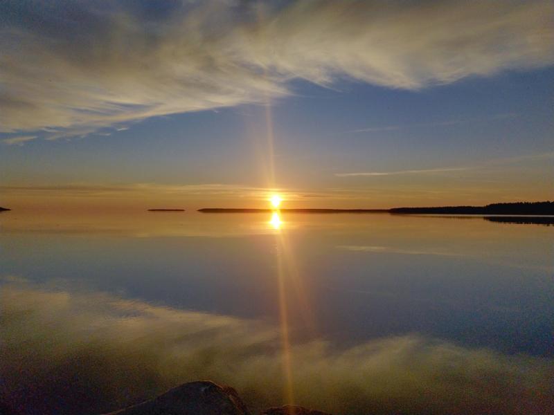 Auringonlasku Kekolahden venesatamassa.