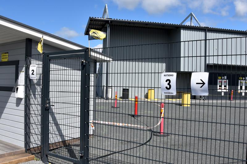 Lestijoki-areena on jaettu kolmeen lohkoon, joista jokaiselle on oma sisäänkäyntinsä.