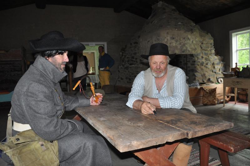 Otto von Fieandt (Kari Viitala) ja Antti Pölkki (Olavi Lassila) laativat yhdessä muonavaraston valtaussuunnitelman. Suunnitelman kannalta elintärkeä kartta piirrettiin Pölkin tuvan pöytään.