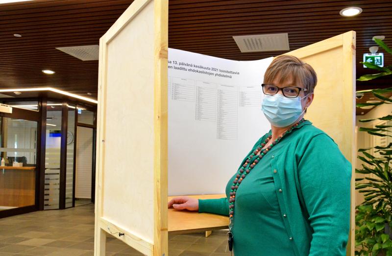 Ennakkoäänestys päättyi Ylivieskan kaupungintalolla tiistaina. Nina Savolainen kertoo, että varsinaisen äänestyspäivän vaalit käydään ulkona.