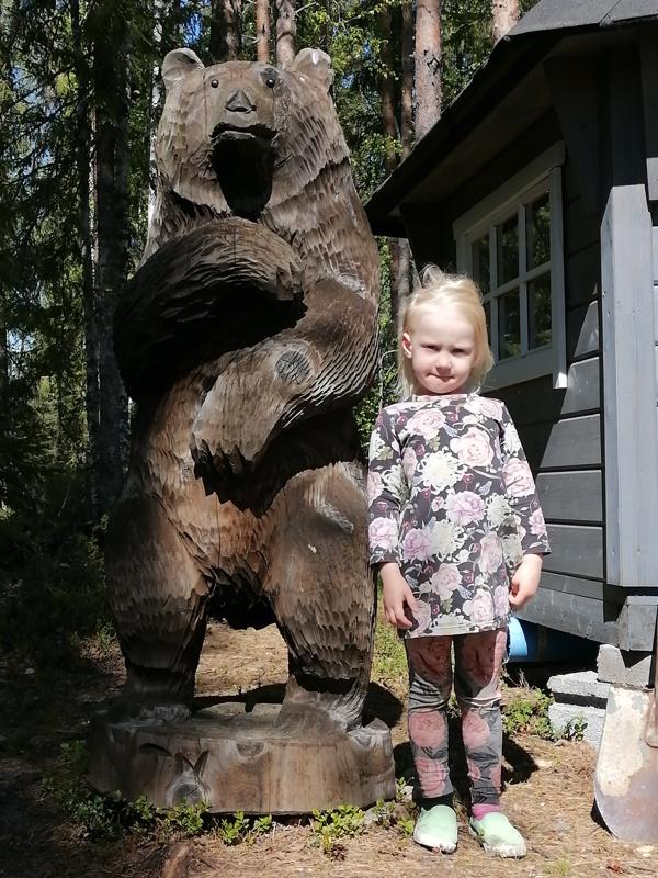 Nita Martiskainen kävi testaamassa Hiskinpolun äitinsä Seijan kanssa. Karhun kanssa poseeraaminen oli jännää puuhaa.
