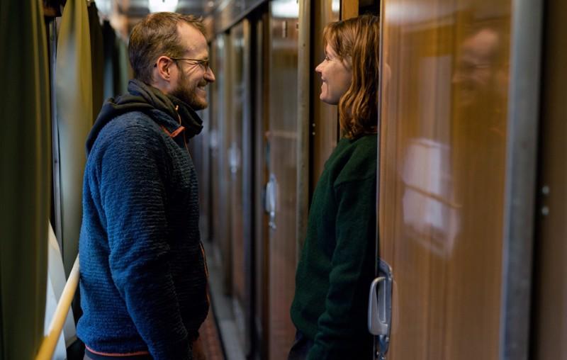 Ohjaaja Juho Kuosmanen ja näyttelijä Seidi Haarla elokuvan kuvauksissa.
