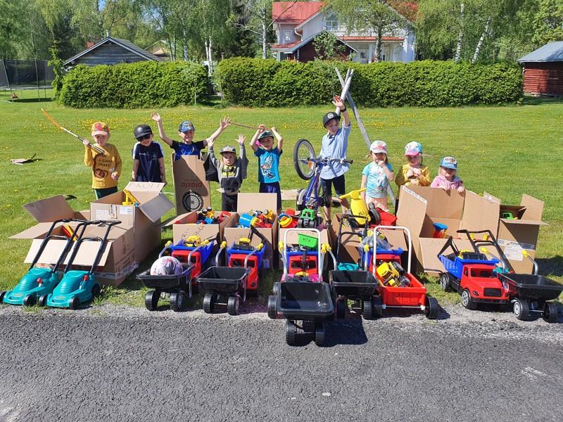 Himangan leikkipuistoihin jaetaan esimerkiksi isoja muovikuorma-autoja, palloja, taaperokärryjä ja potkumopoja sekä jalkapalloja.