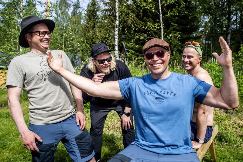 Juhani Henriksson mittailee käsillään ryhmän saaman lohen suuruutta. Kuvassa myös vasemmalta apulaistuottaja Elias Teriö, kuvaajana, leikkaaja ja ohjaajana toimiva Reeo Tiiainen ja kuvaaja Aki Mikkola.