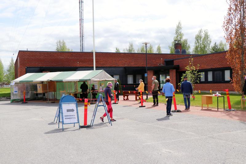 Vetelin kunnanviraston ennakoäänestyspiste oli rakennettu ulos telttaan.