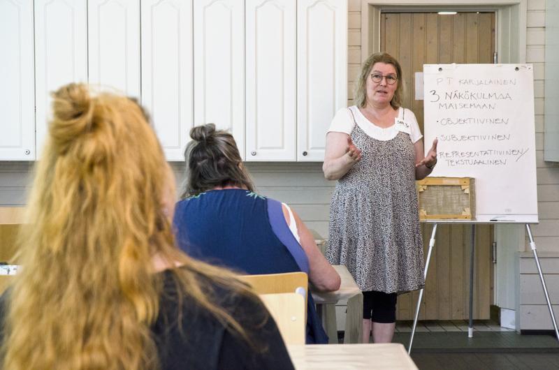 Sari Vierimaa aloittaa koulutuksen lyhyellä teorialla ennen kuin päästään käytännönläheisiin työpajoihin.