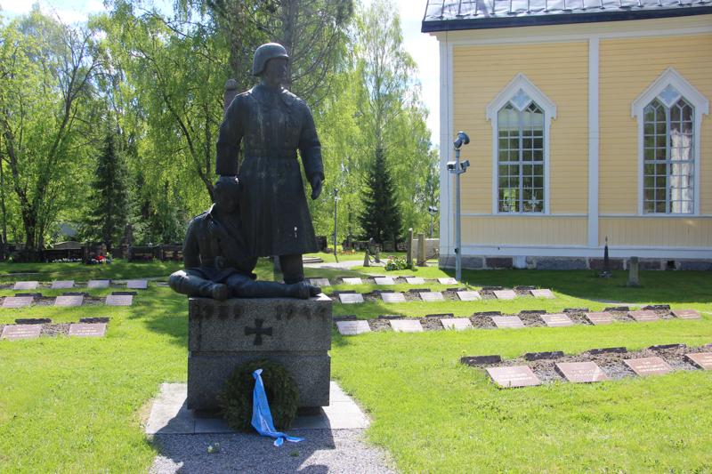 Haapajärven sankaripatsas paljastettiin 2.9.1962. Patsaan juurelta löytyy usein seppele, jonka myötä osoitetaan kiitollisuutta ja kunnioitusta sankarivainajia kohtaan.