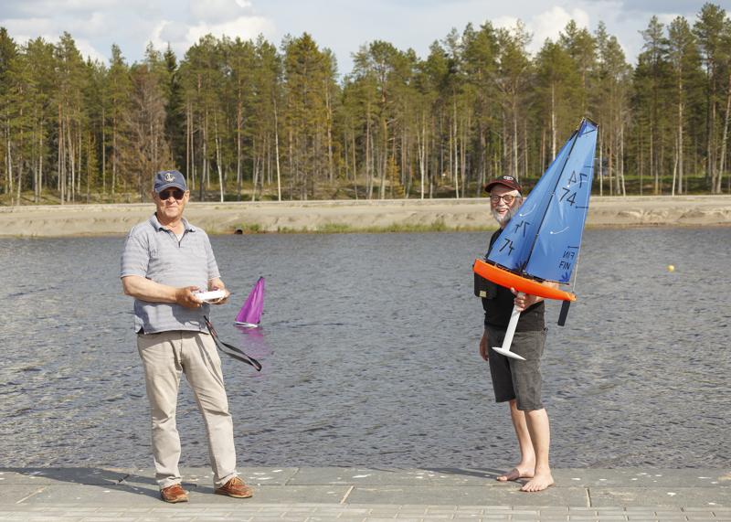 Bo Eklund ja Gustaf Sandström esittelivät radio-ohjattavia purjeveneitä.