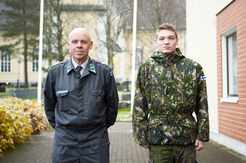 Nivalalaislähtöinen majuri Seppo Sarlin on käynyt monena syksynä kotipaikkakunnallaan kutsuntojen merkeissä. Syksyllä 2016 otetussa kuvassa myös alikersantti Jere Jyrkkä.