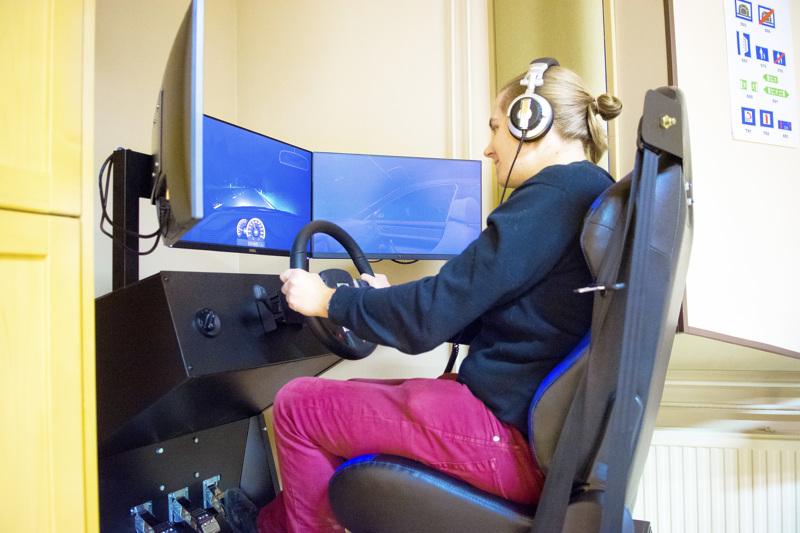 Ajotunnit simulaattorilla kuuluvat tämän päivän autokouluun.