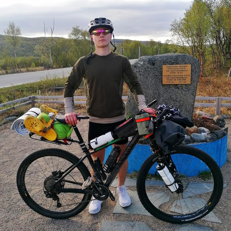 Kalle Vähäaho aloitti noin 1500 kilometrin pyöräreissun Nuorgamin valtakunnan rajalta, Euroopan unionin pohjoisimman pisteen luota.