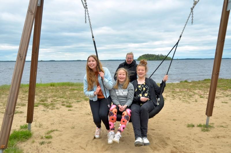 Vauhtia riittää koko kesäksi. Juulia Tuikka (vasemmalta), Helmi Syrjälä ja Ella Koskela Parannan keinussa. Vauhtia antamassa Sari Pajakoski.