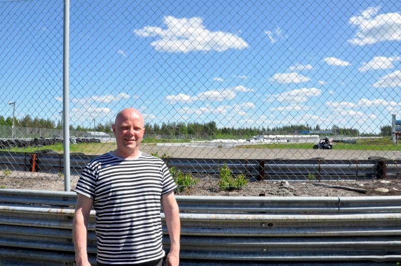 Kemoran kilpakalenteri näyttää toistaiseksi tyhjältä, mutta Hannu Marttilalla riittää töitä normaalin ratatoiminnan sekä grilli-kahvion parissa.