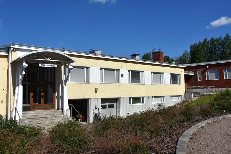 Mikkosen talossa aloittaa syksyllä 17 lapsen eskariryhmä. Punatiilinen rakennus on Idala, joka toimii Opiston asuntolana.