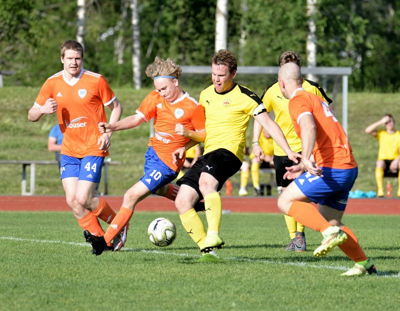 Jasse Heikkilä taistelee pallosta.