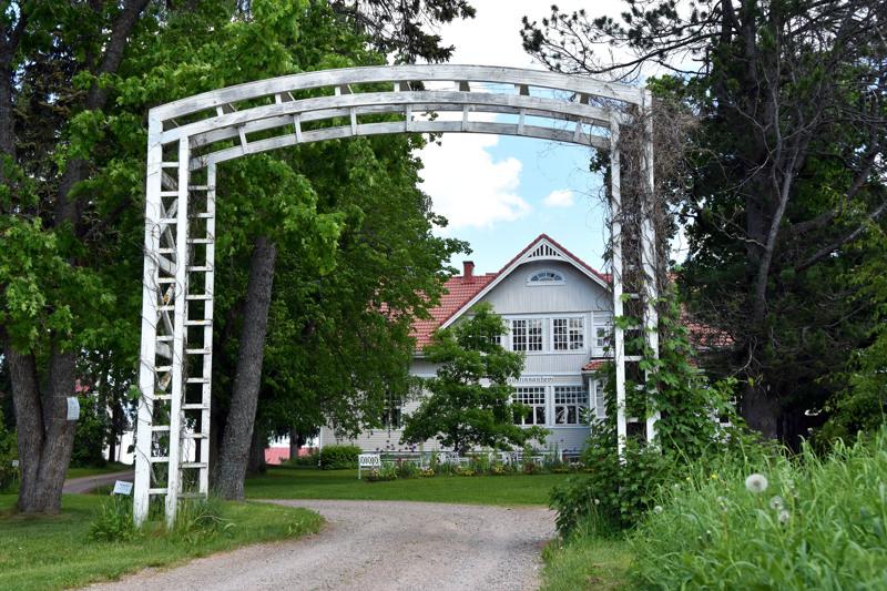 Jedu omistaa muun muassa Ruustinnanhovin sekä sitä ympröivän puistoalueen ja puutarhan.