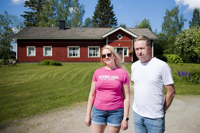 Anni ja Markus Ahokangas ovat asuneet kolmen lapsensa kanssa Sarjankylällä 12 vuoden ajan.