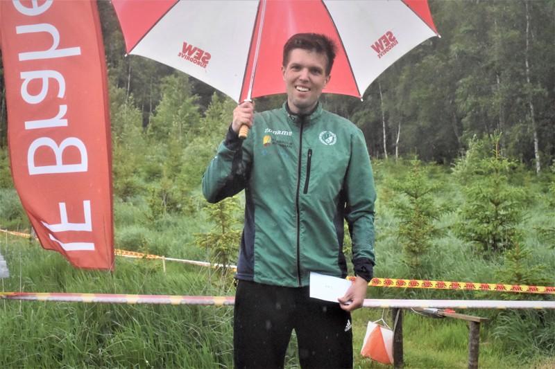 Palkintojenjakoa ei kiitos koronatilanteen järjestetty, joten miesten sarjan voittaja Otto Sund sai tyytyä poseeraamaan kirjekuoren ja sateenvarjon kera.