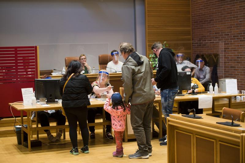 Vuoden 2021 kuntavaalien ennakkoäänet julkistettiin vaalisunnuntaina kello 20. Samaan aikaan myös äänestyspaikat sulkivat ovensa.