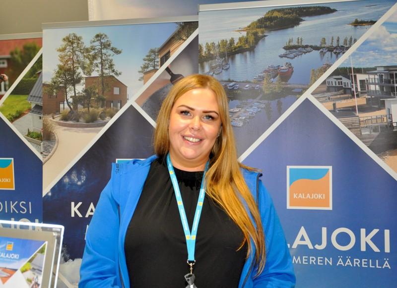 Kalajoen kaupungin tonttimyyjä Fanni Pöntiö kertoo, että kesän aikana monia alueita drone-kuvataan tonttimyynnin  tueksi.