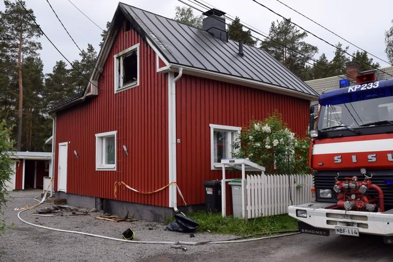 Pietarsaaren Lindskoginkadulla tuli tuhosi pahoin omakotitaloa maanantain vastaisena yönä.