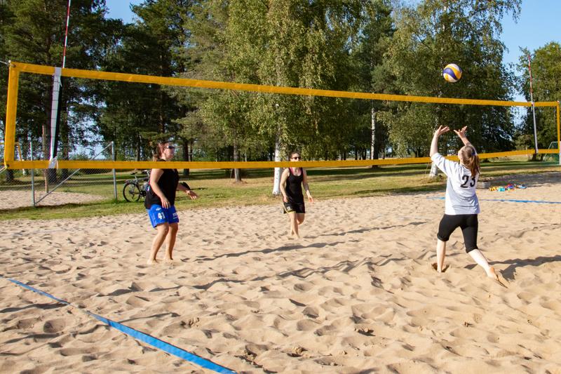 Kokkolassa beach volleyn viikkokisoja on pelattu ja pelataan Meripuistossa.